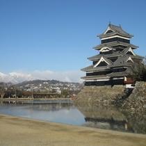 国宝・松本城と北アルプス