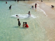 海水浴を楽しむヨナマビーチの子供たち