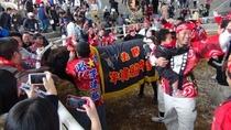 闘牛大会で勝利に歓喜する人々