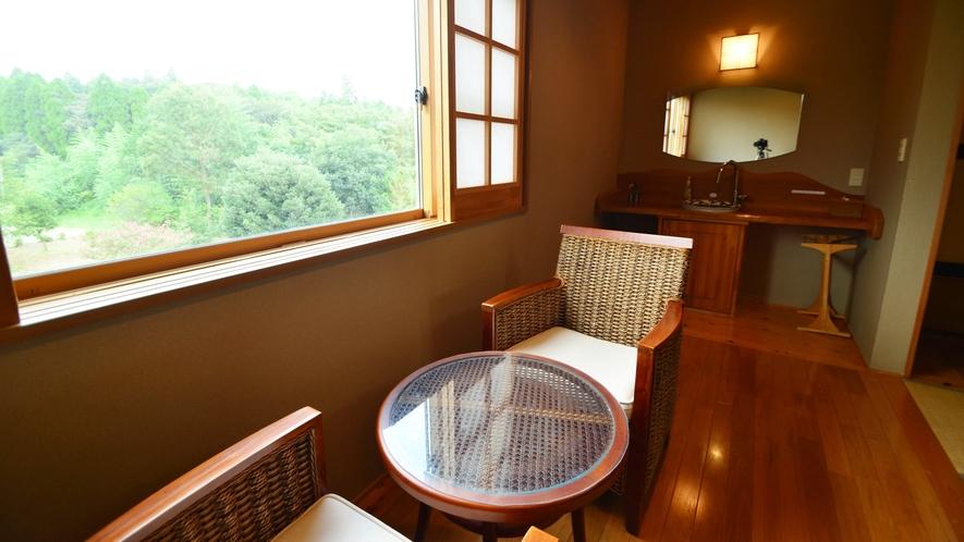【和室12畳】12畳の広々とした和室。足を伸ばしてのんびりお寛ぎいただけますよ。