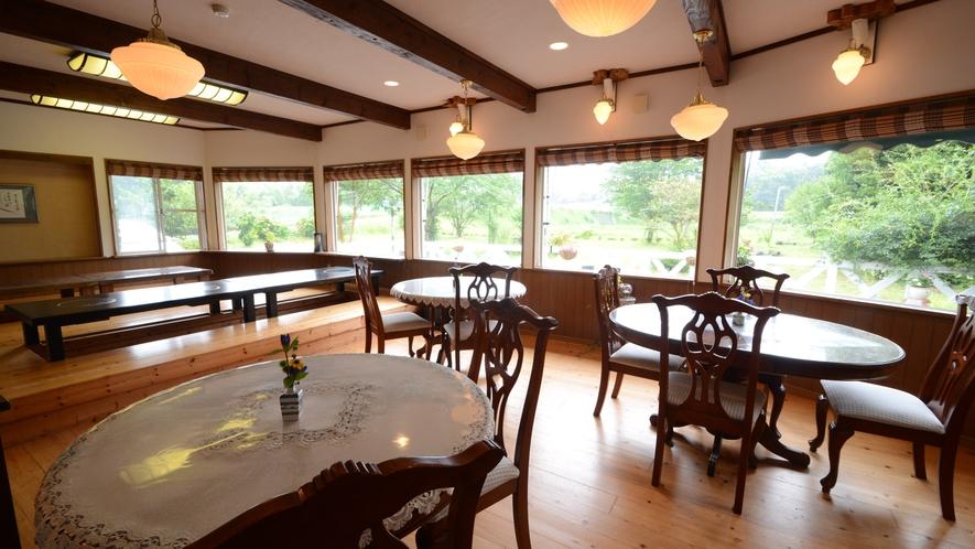 【お食事処】テーブル席とお座敷がございます。緑あふれる景色をご覧いただけます。