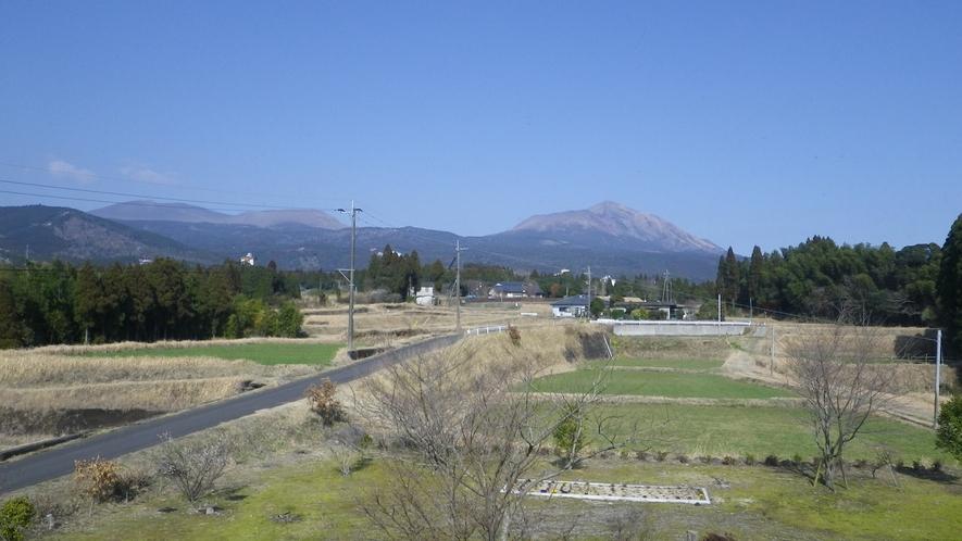 【お部屋からの眺望】お部屋からは霧島連山がご覧いただけます。