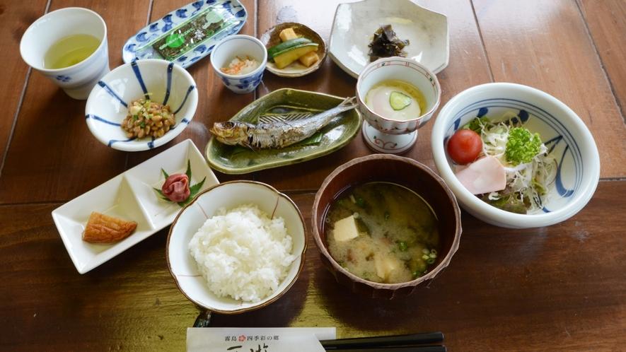 【朝食一例】身体にやさしい素朴な和定食をご用意。自家製味噌を使った味噌汁が好評です♪
