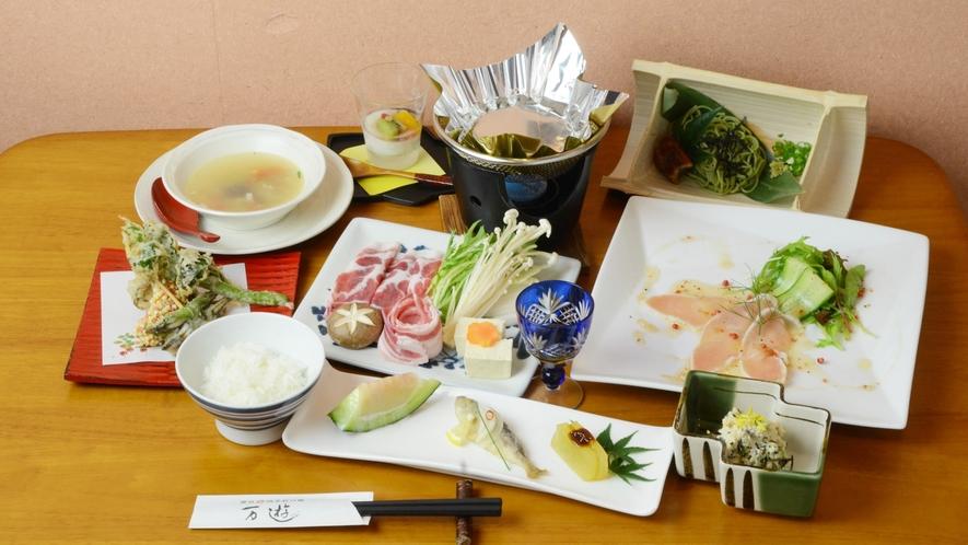 【夕食一例】オーナー手作りの和洋折衷の創作料理。旬を大事にしたお料理の数々をご堪能ください。