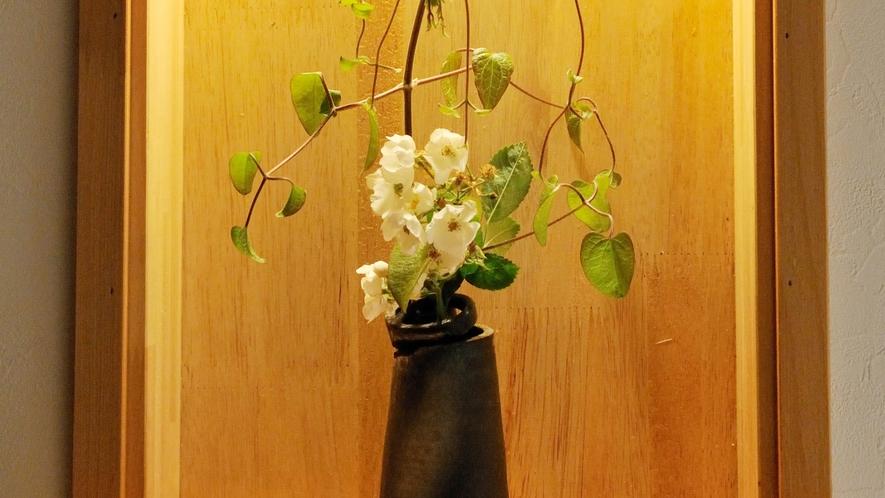 【調度品】館内の至るところに季節のお花が飾ってあります。