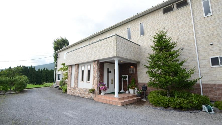 【外観】JR霧島神宮駅より車で約3分。天然温泉、手作りの創作料理をお愉しみいただけるプチホテルです。