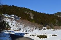 冬の温泉への道