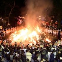 新年の無病息災・商売繁盛を祈る通称どんと祭。【大崎八幡宮の松焚祭】
