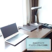 全室に広めのデスクをご用意しております。