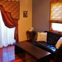 ソファーのある客室