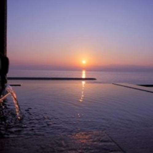 4階露天風呂からの朝日