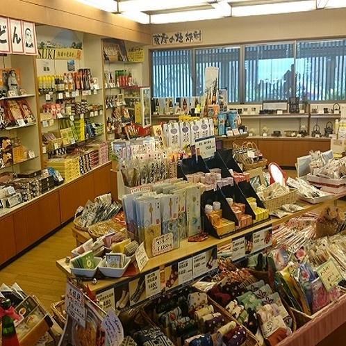 売店です。芋焼酎、お菓子…、鹿児島の名物がたくさん揃ってます♪