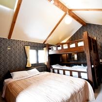 ・ファミリーA/寝室はダブルベッド1台、2段ベッド1台をご用意