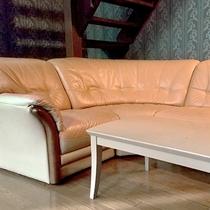 ・ファミリーB/リビングには5名で座れる大きなソファをご用意