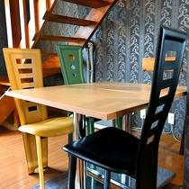 ・ファミリーA/リビングルームのダイニングテーブル
