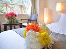 グレードアップの洋室ツイン。白を基調とした明るいお部屋です。