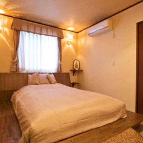 【2F和洋室】暖かい照明のベッドルームでひと休み。