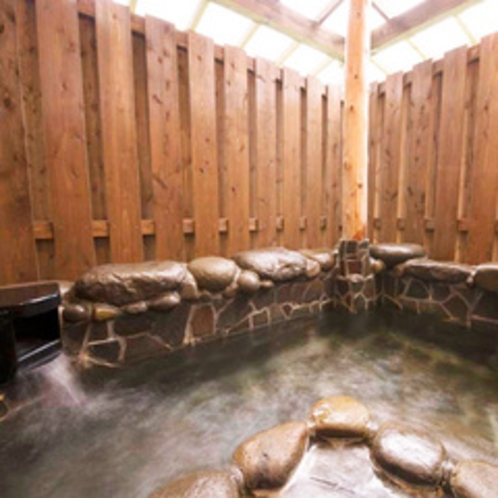 【2F和洋室】愛犬と入れる露天岩風呂は天然温泉です。