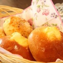 【ご朝食一例】朝は焼きたてパンをご用意いたします。