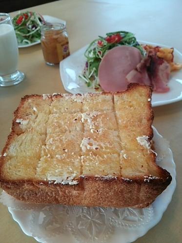 朝食(自家製厚切りパン)