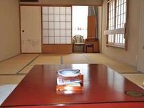 山側のひろ〜い和室。