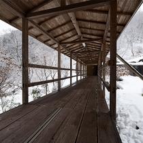 風呂へ続く雪景色の渡り廊下