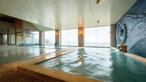陸奥湾を見下ろす開放的な展望大浴場