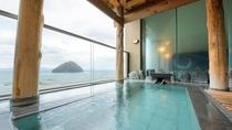 露天風呂でのんびり湯の島を眺めながら湯あみ