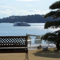 中庭から遊覧船を眺める①