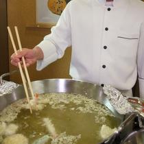 オープンキッチンでの実演料理(天ぷら)