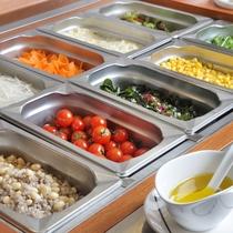 朝食 地産の新鮮野菜サラダ