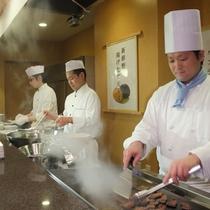 夕食オープンキッチンでの牛タン・ステーキ・天ぷらの実演料理