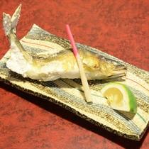 鮎の塩焼き(ご夕食一例)丁度いい塩加減で身もやわらかいです。※時期によってはヤマメに変わります。