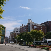 3.斜め右角の函館駅前ビル(旧ボーニデパート)を目指して徒歩1分。