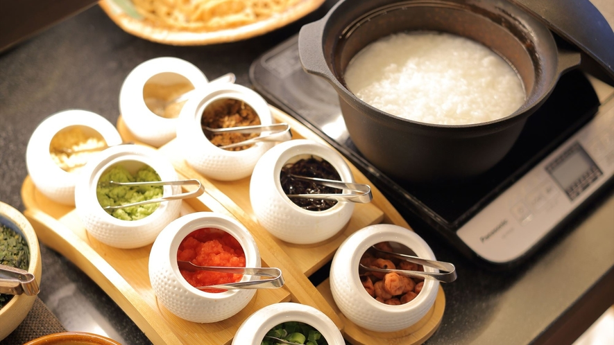 【人気の朝食バイキング】おかゆと8種類の薬味