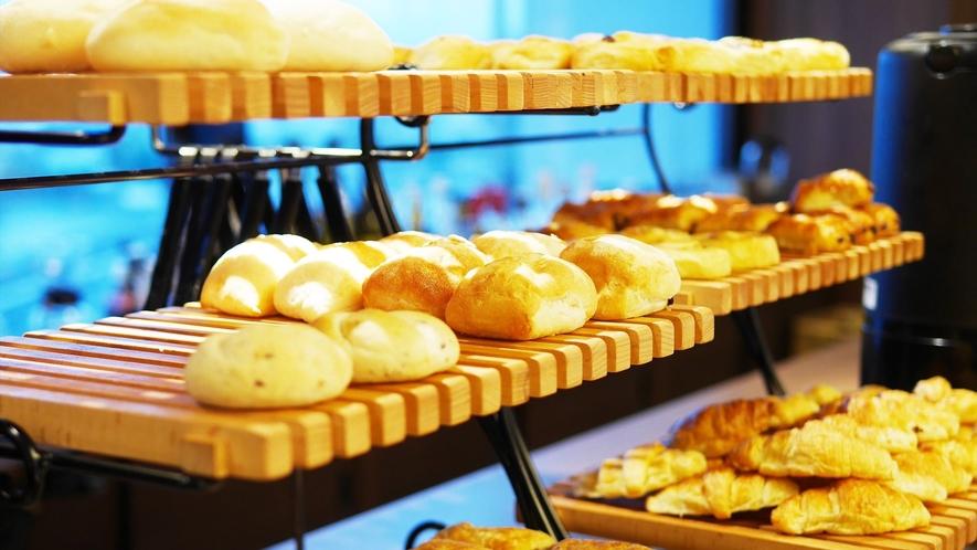 【人気の朝食バイキング】焼き立てパン10種
