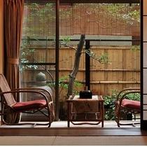 ■【和室10畳+檜の温泉内風呂】1階のお部屋・庭を望む広縁一例