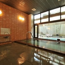 【紅風呂】フィンランド石の湯船です