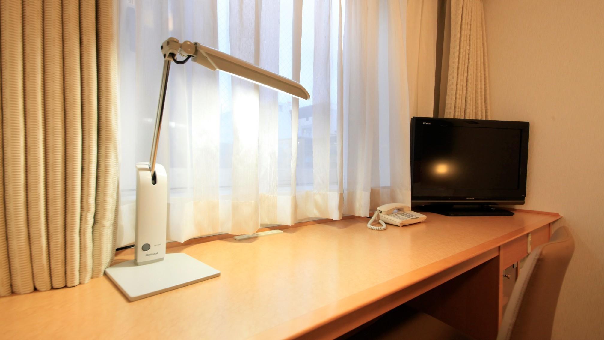◇広々デスクと明るい照明はお仕事に最適です