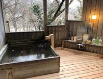 男湯露天風呂 冬~春は木立の奥に荒川が臨めます