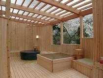 女湯露天風呂 桜の季節