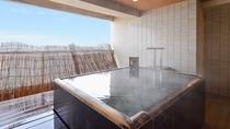 *【貸切露天風呂】潮風と波音を聴きながら、かけ流し温泉をお楽しみください(予約制・有料)