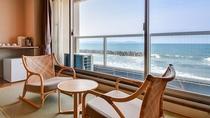 *【東館】和室10畳角部屋:窓から一面に海の景色をご覧いただけます。