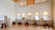 *【大浴場(女湯)】洗い場にはシャンプー・コンディショナー等もご用意しております。