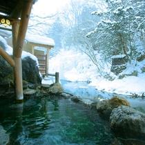 雪見露天風呂は湯西川と一体の源泉かけ流し温泉。