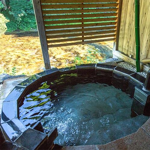 露天風呂付客室内 清流沿いの源泉掛け流し露天風呂