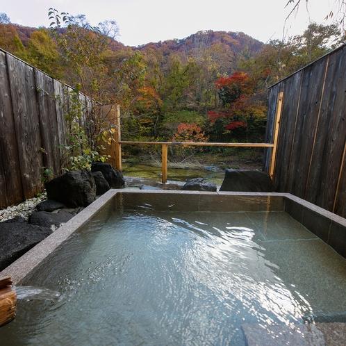 紅葉の深山清流沿い 源泉かけ流し貸切露天風呂