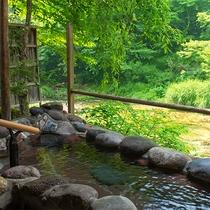 清流沿いの源泉掛け流し貸切露天風呂