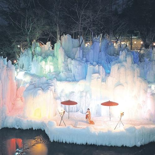 本家伴久氷の祭典 対岸に造形された氷瀑は神秘的で圧巻