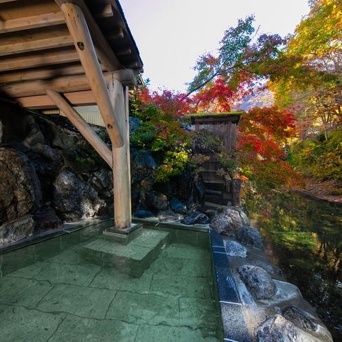 紅葉の深山清流沿いの男性露天風呂